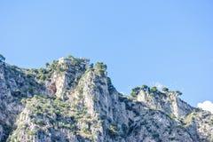 Światło dzienne widok kołysać góry z zielonymi drzewami i starym buildin obrazy royalty free
