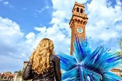 Światło dzienne widok kobieta patrzeje Błękitną Murano Szklaną rzeźbę zdjęcie royalty free