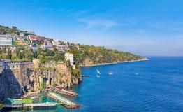 Światło dzienne widok linia brzegowa Sorrento i zatoka Naples, Włochy Zdjęcie Stock