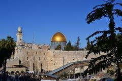 Światło dzienne widok na kopule skały i westernu ściana w Jerozolimskim Izrael, Kotel, złota kopuła, niebieskie niebo fotografia stock