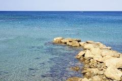 Światło dzienne widok wyrzucać na brzeg z ludźmi pływa blisko skał fotografia royalty free