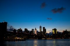 Światło od budynków w Manhattan odbija na rzece Obraz Stock