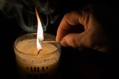 Światło, ogień i magii świeczka, Fotografia Royalty Free
