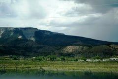 Światło pięknie spada na zielonych i szarych górach przez chmur niebo Kolorado stan zdjęcie royalty free