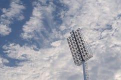 Światło reflektorów i błękitny chmurny niebo obraz royalty free