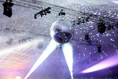 Światło reflektorów na odzwierciedlającej dyskoteki piłce obrazy royalty free