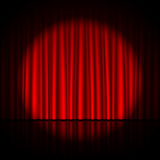 Światło reflektorów na scenie
