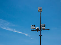 Światło reflektorów pod niebieskim niebem Obraz Royalty Free