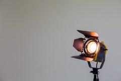 Światło reflektorów z fluorowiec żarówką i Fresnel obiektywem Oświetleniowy wyposażenie dla Pracownianej fotografii lub videograp Zdjęcia Royalty Free