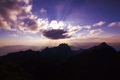 Światło słońce przechodzi przez chmur góry zdjęcia stock