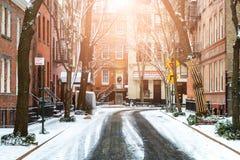 Światło słoneczne błyszczy na śnieg zakrywającej ulicie w greenwichów village Manh zdjęcia royalty free