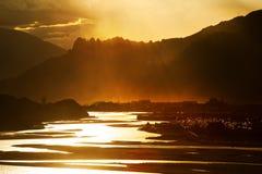 Światło słoneczne błyszczy na górze i rzece Zdjęcia Royalty Free