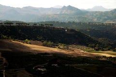 Światło słoneczne bawić się nad Spain, drzewami oliwnymi, polami i górami tradycyjnym, wiejskim, fotografia stock