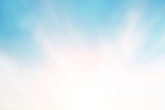 Światło słoneczne chmurnieje niebo podczas ranku tła Błękitny, biały pastelowy niebo, miękki ostrość obiektywu racy światło słone Obraz Stock