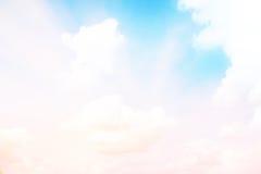 Światło słoneczne chmurnieje niebo podczas ranku tła Błękitny, biały pastelowy niebo, miękki ostrość obiektywu racy światło słone Obrazy Royalty Free