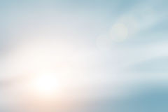 Światło słoneczne chmurnieje niebo podczas ranku tła Błękitny, biały pastelowy niebo, miękki ostrość obiektywu racy światło słone Zdjęcia Stock