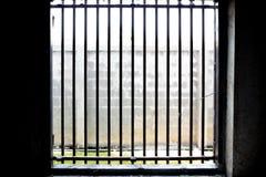 Światło słoneczne forma na zewnątrz klatki drzwi dla tła obraz stock