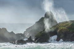Światło słoneczne i kipiel, Kynance zatoczka, Cornwall obrazy stock