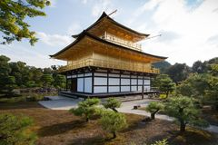 Światło słoneczne iluminuje złotą świątynię w Kyoto Japonia, Zdjęcia Royalty Free