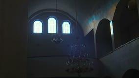 Światło słoneczne który wchodzić do od antycznego kościół chrześcijańskiego różanego okno i iluminuje antycznego ściana z cegieł zbiory wideo