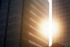 Światło słoneczne między szczelinowym dwa wysokiego budynku Obrazy Royalty Free