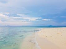 Światło słoneczne na dennej fala przy Karon plażą, Phuket, Tajlandia Pogodne lata morza plaży fala Światła słonecznego morza fala Zdjęcia Royalty Free