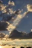 ŚWIATŁO SŁONECZNE PROMIENIEJE W chmurach Fotografia Stock
