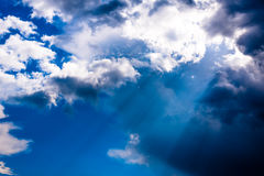 Światło słoneczne przechodzi przez chmur Obraz Stock