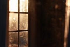 Światło słoneczne przez okno w ciemnym pokoju obrazy stock
