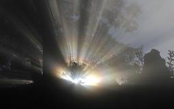 Światło słoneczne przychodzi przez mgły nad szwajcarskimi alps przy Ri obrazy stock