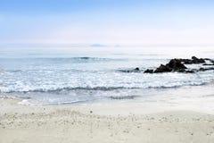 Światło słoneczne w ranku z morzem macha wolno chełbotanie dalej Zdjęcia Stock