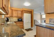 Światło tonuje kuchennego izbowego wnętrze z białym obmurowanym fridge Zdjęcie Stock