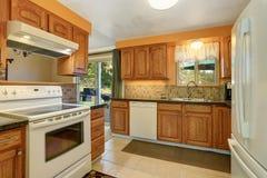Światło tonuje kuchennego izbowego wnętrze z białymi urządzeniami Zdjęcie Royalty Free