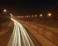 Światło tropi od reflektorów samochody przechodzi obok Obrazek wziąć przy nocą na długim ujawnieniu zdjęcie royalty free
