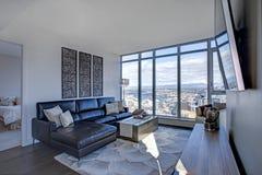 Światło wypełniał rodzinnego pokój z panoramicznym widokiem Seattle obrazy royalty free