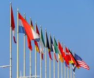 Świat flaga przeciw niebieskiemu niebu obraz royalty free