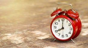 Świateł dziennych savings czas - rocznika budzika czerwony sztandar zdjęcia stock
