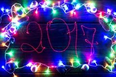 2017 świateł na ciemnym drewnianym tle Zdjęcia Stock