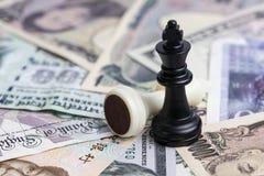 Światowa pieniądze gra czarnego zwycięzcy szachowym królewiątkiem na międzynarodowym maj obrazy stock