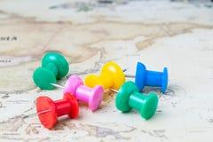 Światowa podróż, turystyka, wybór, wakacje planowanie, różnorodny kolor duży thumbtack lub pushpin na roczniku, miasta i landsmar zdjęcia royalty free