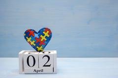 Światowy autyzm świadomości dzień, umysłowy opieki zdrowotnej pojęcie z łamigłówką lub wyrzynarka wzór na sercu z kalendarzem, fotografia stock