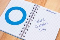 Światowy cukrzyca dzień pisać w notatniku i błękitnym okręgu, symbol cukrzyk obraz royalty free