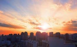 Światowy miasto dnia pojęcie: Duży miasto przy zmierzchem zdjęcia stock
