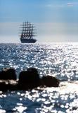 Światowy ` s żeglowania wielki statek opuszcza przy zmierzchem w otwartym morzu Obrazy Royalty Free