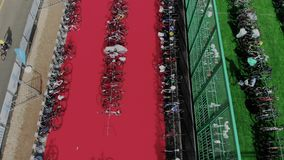 Światowy triathlon mistrzostwo Truteń rusza się nad uroczysty roweru parking teren z mnóstwo sporta profesjonalisty bicyklami wie zdjęcie wideo