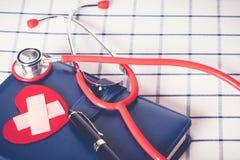 Światowych zdrowie dnia opieki zdrowotnej i medycznego pojęcia czerwony stetoskop i czerwień kierowy kształt na błękitnym dzienni zdjęcie stock