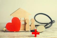 Światowych zdrowie dzień pojęcie rodzinna medycyna i ubezpieczenie, stetoskop, ludzie i serce zdjęcia stock