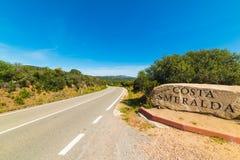 Światu Costa Smeralda sławny znak pod niebieskim niebem zdjęcie stock