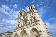 Światu Notre Damae sławna katedra w Paryż z dramatycznymi chmurami zdjęcia royalty free
