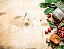 Świeża śliwkowa braja w szklanym słoju fotografia stock
